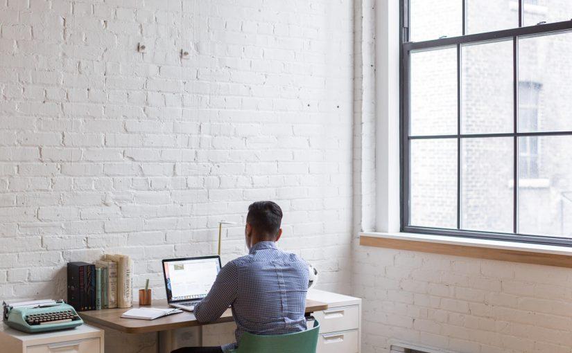 Wynajem powierzchni biurowej czy własne mieszkanie do pracy?